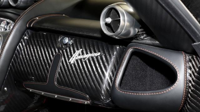Chất liệu sợi carbon cũng xuất hiện khá nhiều ở các chi tiết bên trong khoang lái.