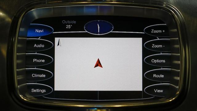 Pagani Huayra được trang bị màn hình cảm ứng nổi bật ở bảng điều khiển trung tâm.