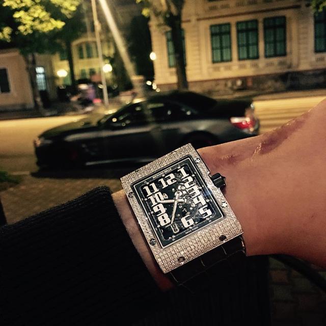 Một màn khoe khéo chiếc đồng hồ Richard Mille RM 016 Full Diamond cùng Mercedes-Benz SL.