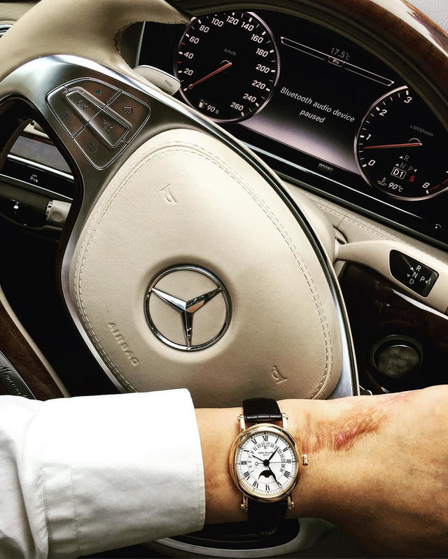 Chiếc Patek này có giá khoảng hơn 1,7 tỉ đồng cũng được Bảo Hưng phối cùng không gian nội thất sang trọng của Mercedes-Benz S-Class.