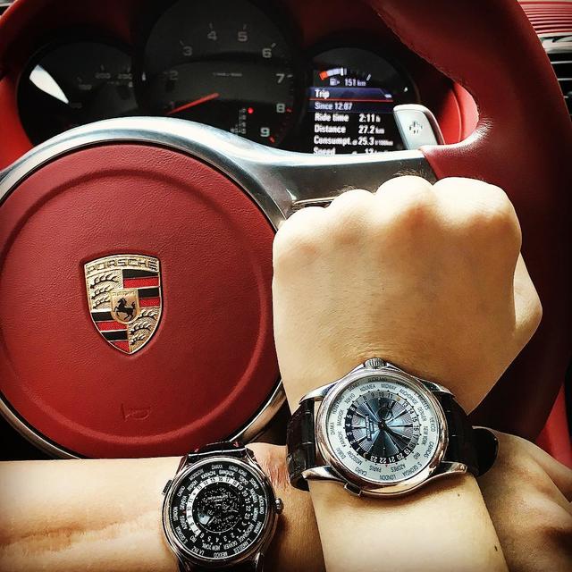 Patek Philippe World Time Moon (màu đen bên trái) cũng được Bảo Hưng sử dụng khi lái xe Porsche. Và chiếc Patek này có giá khoảng 1 tỉ đồng