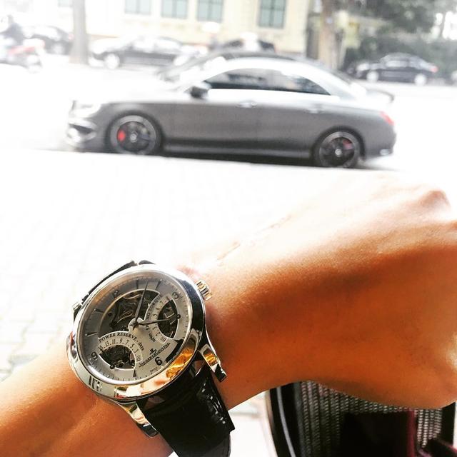 Bảo Hưng còn sở hữu một chiếc đồng hồ Jaeger Le-Coultre và anh chàng cũng khéo léo khoe cùng chiếc Mercedes-Benz CLA.