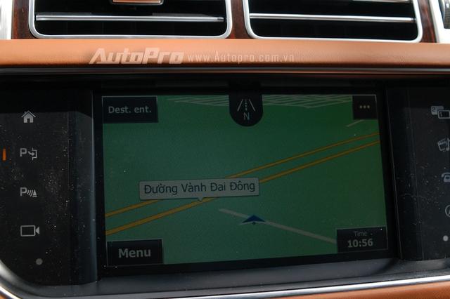Xe được trang bị camera 360 độ cùng bản đồ Việt Nam điều khiển thông qua màn hình cảm ứng.