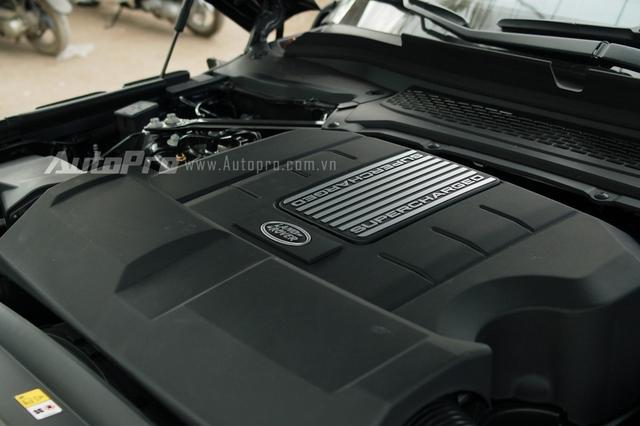Range Rover SVAutobiography LWB 2016 sở hữu động cơ V8, siêu nạp, dung tích 5.0 lít, sản sinh công suất tối đa 550 mã lực và mô-men xoắn cực đại 680 Nm. Nhờ đó, Range Rover SVAutobiography mất khoảng 5,5 giây để tăng tốc lên 96 km/h từ vị trí xuất phát trước khi đạt vận tốc tối đa 225 km/h.