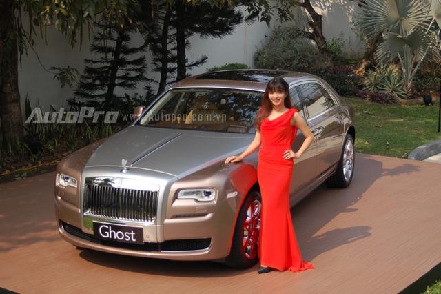 Sau những chiếc Rolls-Royce xuất hiện tại thị trường Việt Nam với logo Spirit of Ecstasy được làm từ chất liệu bạc hay cao cấp hơn là mạ vàng lấp lánh, thì đến nay một chiếc Ghost Series II EWB vừa ra mắt giới truyền thông thu hút nhiều sự chú ý với logo thiếu phụ bay bằng chất liệu polycarbonate trong suốt.