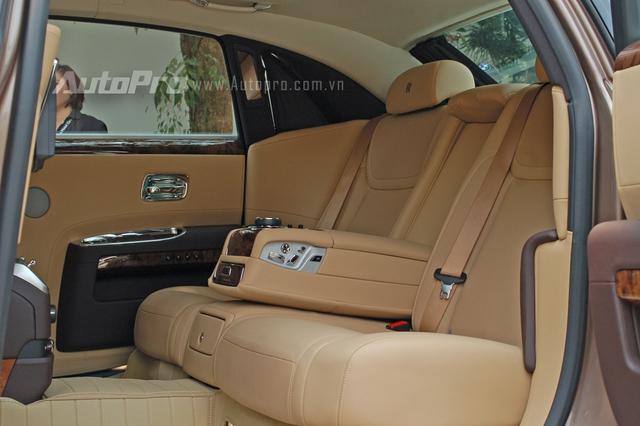 Là phiên bản EWB trục cơ sở dài nên không gian nội thất phía sau của chiếc Ghost Series II khá rộng rãi. Nội thất xe mang gam màu da bò khá hài hòa với màu đồng của ngoại thất.