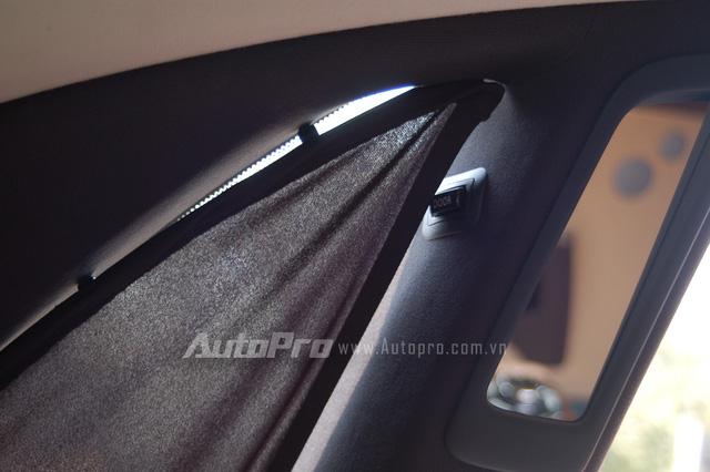 Cửa kính phía sau được trang bị rèm che nắng, ngoài ra, các khách hàng cũng không cần mất quá nhiều sức cho công việc đóng cửa, khi Rolls-Royce trang bị nút đóng cửa tự động ngay phía trên kính phụ.