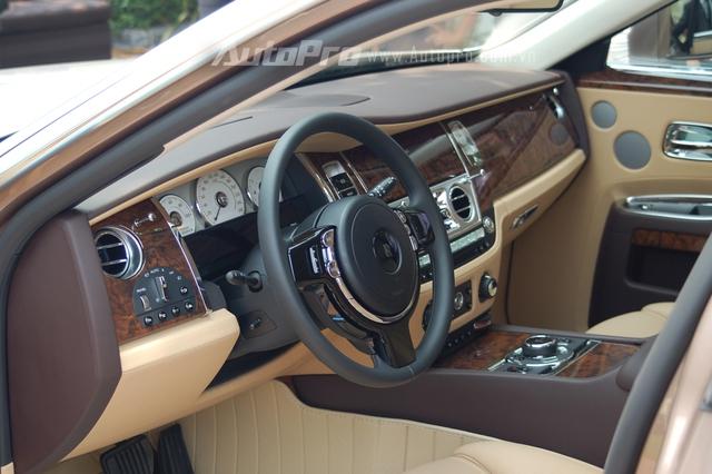 Bên trong khoang lái của chiếc Ghost Series II EWB là trang bị quen thuộc của da hiếm, gỗ quý và các chi tiết được mạ crôm sáng bóng. Vô-lăng thiết kế 3 chấu đầm chắc.