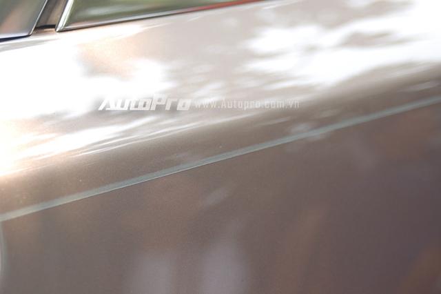 Chiếc Ghost Series II EWB sở hữu ngoại thất màu đồng, trong đó điểm nhấn là nắp capô màu bạc cùng đường Coachline chạy dọc bên hông xe được vẽ hoàn toàn bằng tay. Được biết những người thợ tại Anh Quốc đã dùng đuôi ngựa làm cọ để vẽ.