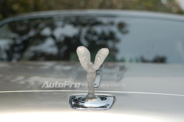 Logo Spirit of Ecstasy sử dụng chất liệu polycarbonate trong suốt được giới thiệu lần đầu tiên tại triển lãm Geneva, Thụy Sĩ, vào năm 2011 trên chiếc xe concept, Rolls-Royce 102EX. Ngoài ra, khi di chuyển vào ban đêm, logo này sẽ lấp lánh với ánh sáng màu xanh dương và trắng.