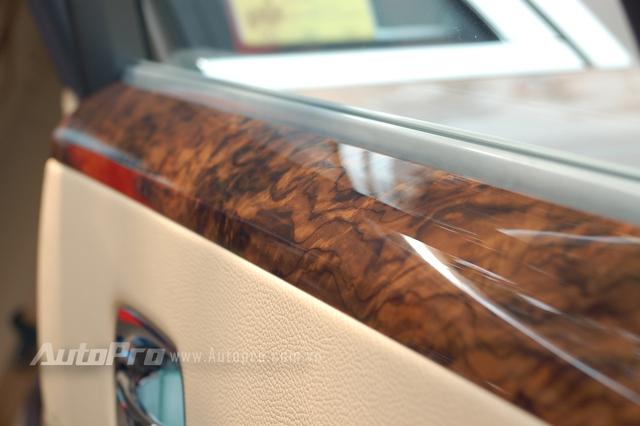 Các thớ gỗ được cắt tinh xảo và sếp lại với nhau tạo nên sự đẳng cấp cho những chiếc Rolls-Royce.