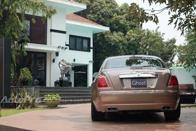 Ra mắt thị trường Việt Nam vào tháng 12/2014 những chiếc Rolls-Royce Ghost Series II tiêu chuẩn được chào bán 16,9 tỷ Đồng, trong khi bản trục cơ sở dài có giá 18,9 tỷ Đồng.