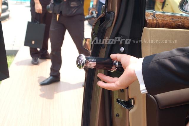 Cây dù cỡ lớn của Rolls-Royce được đặt trong cánh cửa trước. Khi gặp trời mưa các khách hàng Việt có thể gấp dù lại và nhét vào trong hốc, dù sẽ tự động được sấy khô.