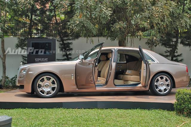 Rolls-Royce Ghost Series II EWB là phiên bản trục cơ sở dài với kích thước tổng thể bao gồm chiều dài 5.569 mm, rộng 1.948 mm, cao 1.550 mm. Chiều dài cơ sở 3.465 mm. Như vậy cho với phiên bản tiêu chuẩn, bản EWB có chiều dài và chiều dài cơ sở tăng thêm 170 mm, từ đó giúp hàng ghế sau có không gian chỗ ngồi rộng rãi hơn.