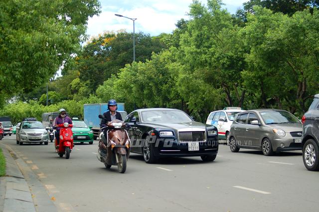 Vào sáng nay, ngày 29/6/2016, giới săn ảnh bắt gặp chiếc xe siêu sang Rolls-Royce Wraith thuộc sở hữu của Phan Thành lăn bánh trên phố.