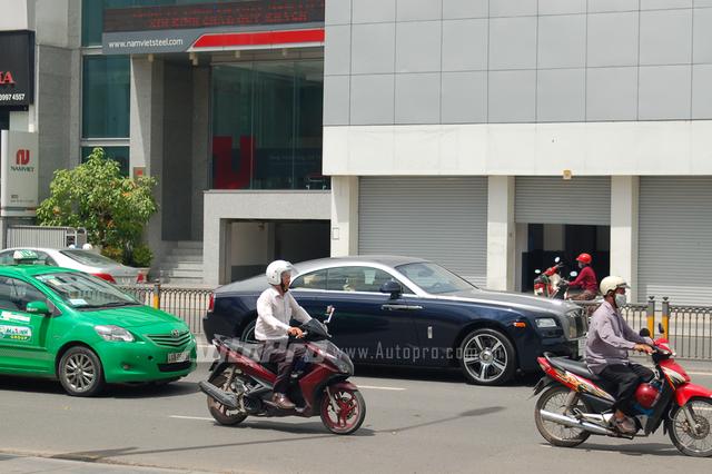 Khoảng 10h30 sáng ngày 29/6, Phan Thành cầm lái chiếc Wraith rời khỏi biệt thự hàng chục triệu đô ngụ tại đường Điện Biên Phủ, Quận 3, tiến về khu vực gần sân bay Tân Sơn Nhất, Quận Tân Bình, để làm các thủ tục đăng kiểm.