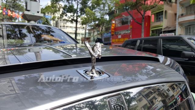 Hiện chưa rõ mức giá dành cho chiếc Rolls-Royce Wraith vừa xuất hiện trong biệt thự triệu đô của tay chơi 8X, trong khi đó, hai chiếc siêu xe màu vàng rực nhanh chân ra biển trắng trước đó có tổng trị giá vào khoảng 35 tỷ Đồng.