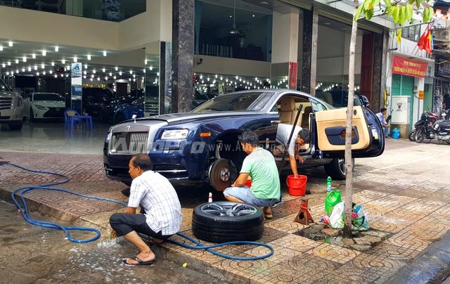 Rolls-Royce Wraith mà Phan Thành vừa thu nạp vào bộ sưu tập siêu xe của mình được một công ty nhập khẩu tư nhân Quận 5 đưa về nước vào sáng ngày 25/6. Tại đây các nhân viên của showroom vệ sinh xe khá cẩn thận. Trong ảnh là các bánh xe của chiếc Wraith được tháo ra để rửa cho sạch sẽ.