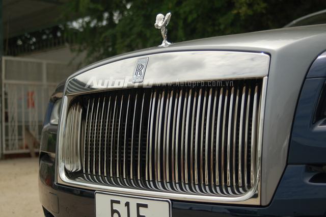 Tuy nhiên, chiếc coupe siêu sang vẫn mang hình dáng đặc trưng của một chiếc Rolls-Royce như lưới tản nhiệt...