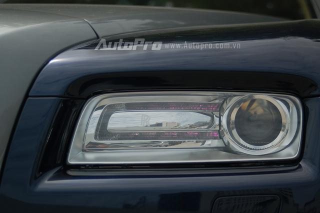 Hay cụm đèn pha vuông vức quen thuộc trên những chiếc Rolls-Royce. Mặc dù hàng ghế sau đã bị thu hẹp một cách đáng kể so với những chiếc sedan như Ghost hay Phantom, nhưng tổng thể chiếc Wraith vẫn sở hữu một nội y sang trọng.