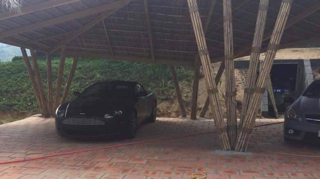 Aston Martin DB9 lặng lẽ đứng một mình.