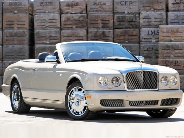 Bentley Azure màu vàng cát độc nhất vô nhị tại Việt Nam cũng được cho là thuộc sở hữu của đại gia Trung Nguyên.