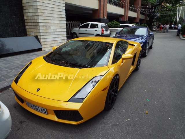 Cụ thể chiếc Lamborghini Gallardo màu vàng từng nổi đình đám khi làm nền cho hot girl Linh Miu, thực hiện bộ ảnh nóng bỏng với trang phục đồ lót ren màu đen.