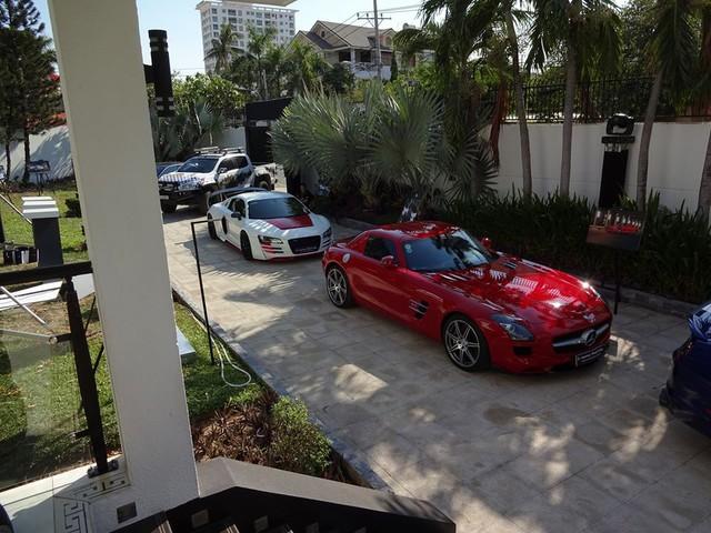Bộ đôi Mercedes SLS AMG và Audi R8 độ bodykit Prior Design cùng động cơ trang bị thêm gói Twin Turbo đầy mạnh mẽ khoe dáng cùng nhau. Siêu xe SLS AMG với ngoại thất đỏ bắt mắt sau 18 tháng nằm chờ trong showroom chính hãng mới tìm thấy được chủ nhân.