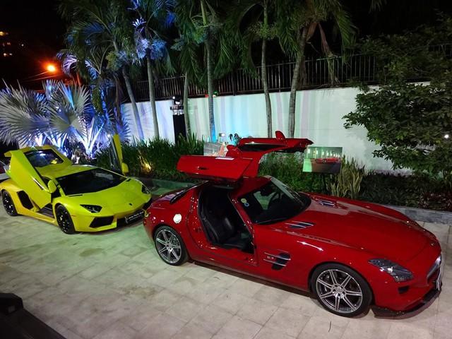 Trong màn hội ngộ siêu xe ấn tượng vào cuối tuần vừa qua, bộ đôi Lamborghini Aventador LP700-4 và Mercedes SLS AMG trở nên nổi bật trong bộ áo rực rỡ của 2 màu sắc vàng và đỏ, ngoài ra, kiểu cửa cánh chim hay cắt kéo cũng thu hút khá nhiều sự chú ý.