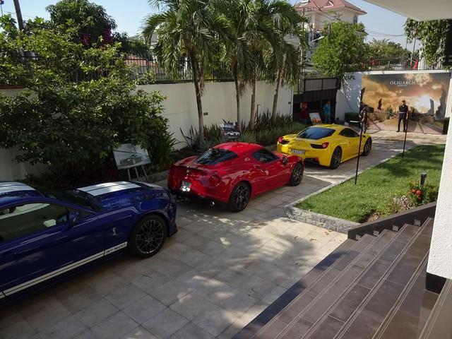 Ferrari 458 Italia màu vàng dẫn đầu xếp phía sau là bộ đôi xe thể thao thuộc diện độc nhất vô nhị tại thị trường Việt Nam là Alfa Romeo 4C Launch Edition và Ford Mustang Shelby GT500 nổi bật màu xanh dương.
