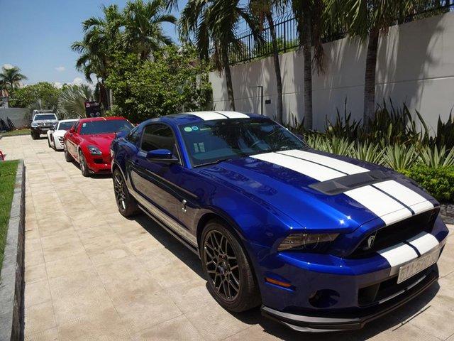 Ra mắt lần đầu tiên tại triển lãm Los Angeles 2011, Shelby GT500 được xem như phiên bản mạnh mẽ nhất trong dòng Ford Mustang. Ngoài ra, đây cũng là chiếc Mustang cuối cùng mà Carroll Shelby tham gia phát triển trước khi qua đời, đồng thời đánh dấu kỷ niệm 20 năm thành lập SVT, đội thiết kế đặc biệt của Ford.
