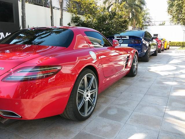 Mercedes-Benz SLS AMG được trang bị động cơ V8, dung tích 6.2 lít, sản sinh công suất tối đa 563 mã lực và mô-men xoắn cực đại 650 Nm. Động cơ kết hợp với hộp số ly hợp kép thể thao 7 cấp. Nhờ đó, Mercedes-Benz SLS AMG có thể tăng tốc từ 0-96 km/h trong 3,2 giây trước khi đạt vận tốc tối đa 328 km/h.