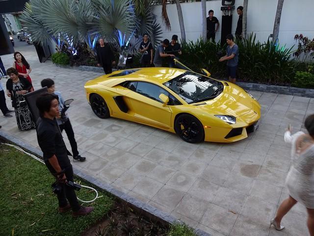 Lamborghini Aventador LP700-4 sử dụng động cơ V12, dung tích 6,5 lít, sản sinh công suất tối đa 700 mã lực và mô-men xoắn cực đại 690 Nm. Sức mạnh được truyền tới cả bốn bánh thông qua hộp số tự động 7 cấp ISR. Nhờ đó, xe có thể tăng tốc từ 0-100 km/h trong 2,9 giây trước khi đạt vận tốc tối đa 349 km/h.