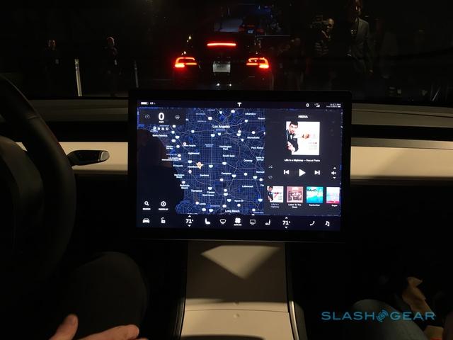 Màn hình nằm ngang của Tesla Model 3 thay vì dọc như đàn anh Model S.
