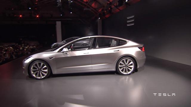 Trong sự kiện giới thiệu, ông Elon Musk, CEO của hãng Tesla, khẳng định đã có tận 115.000 người đặt mua Model 3 chỉ trong vòng 24 giờ với số tiền đặt cọc 1.000 USD.