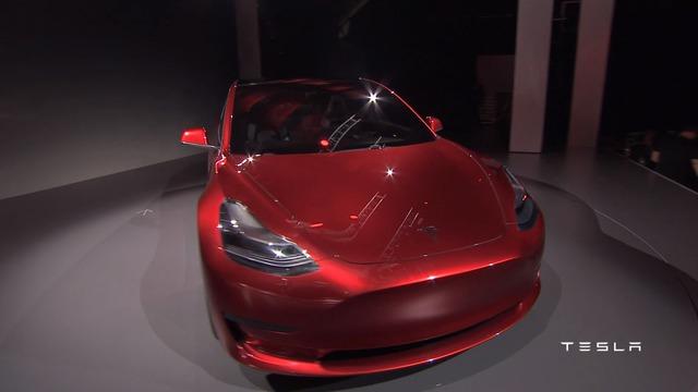 Có thể nói, Tesla Model 3 giống phiên bản thu nhỏ của đàn anh Model S. Trong khi đó, lưới tản nhiệt trên đầu xe Tesla Model 3 lại giống đàn anh Model X mang kiểu dáng crossover.