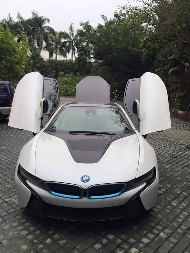 BMW i8 đầu tiên xuất hiện tại Quảng Bình sở hữu ngoại thất trắng muốt. Ảnh: Nguyễn Anh