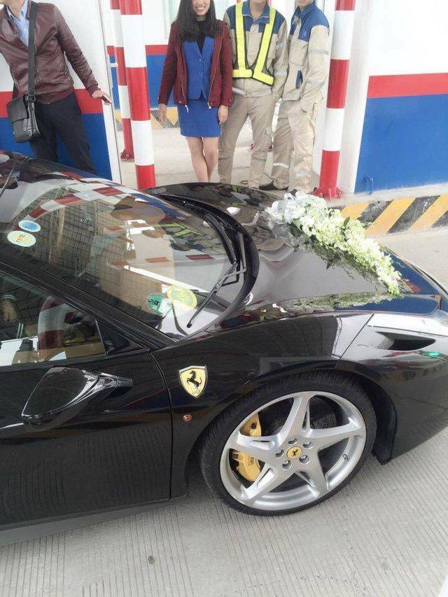 Còn Ferrari 458 Italia cũng từng được đại gia Hà thành gây sốc trong cộng đồng mạng, khi dùng khủng long Cadillac Escalade ESV đảm nhận nhiệm vụ kéo đi trên phố. Ngoài ra, biển kiểm soát lạ mắt 80 631 CV 01 trên siêu xe này cũng gây nhiều chú ý.