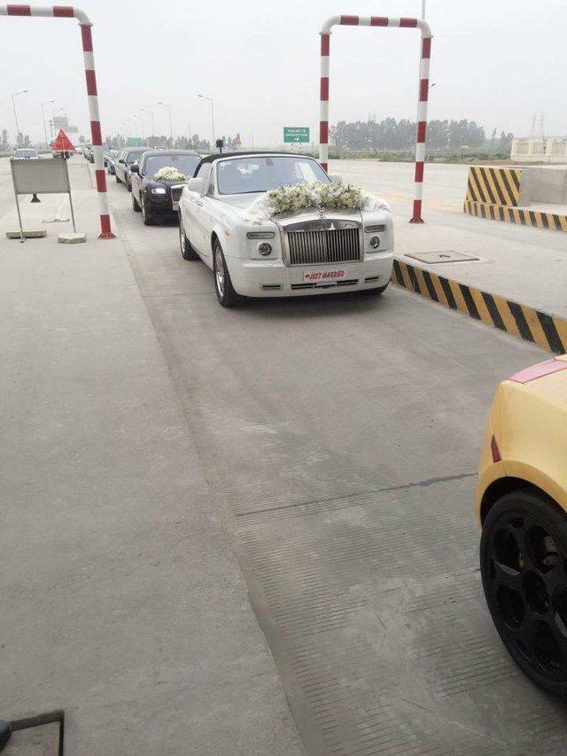 Ngoài bộ 3 siêu xe, trong đoàn có sự góp mặt của cặp đôi xe siêu sang là Rolls-Royce Ghost và Phantom Drophead Coupe. Tại thị trường Việt Nam, Phantom Drophead Coupe có số lượng vào khoảng 8 chiếc cùng mức giá hơn 1 triệu đô khi nộp đầy đủ tất cả các loại thuế.