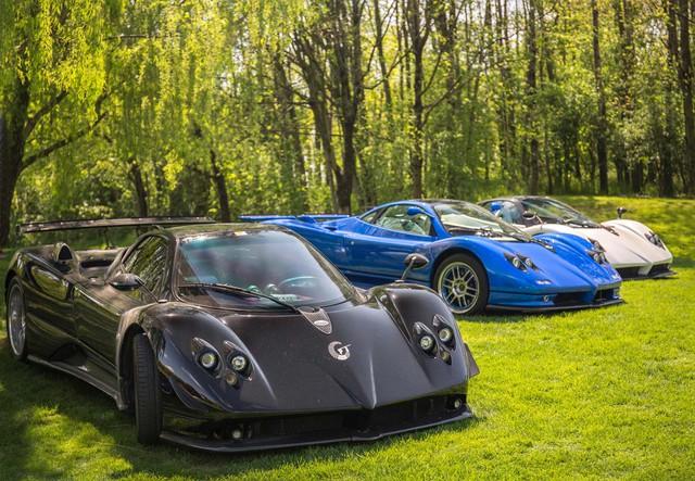 Bộ 3 Pagani Zonda khoe dáng cùng nhau trên bãi cỏ xanh mướt.