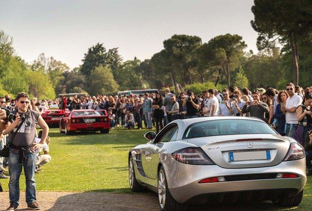 Siêu xe Mercedes SLR McLaren lẻ loi tại sự kiện.