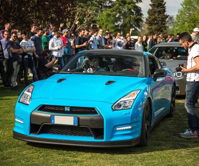Siêu xe đường phố Nissan GTR nổi bật trong bộ áo xanh ngọc.