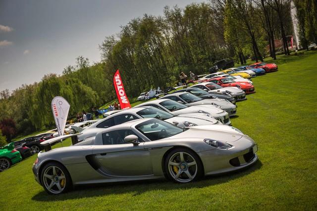 Dàn xe thể thao của Porsche cũng góp mặt trong ngày hội. Dẫn đầu đoàn là Porsche Carrera GT.
