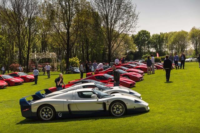 Dàn ngựa chiến đến từ Ferrari trong bộ áo đỏ rực nổi bật bên cạnh cặp đôi siêu phẩm hàng hiếm Maserati MC12.