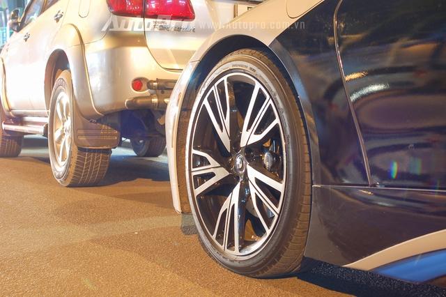 Cách dán đề-can này giúp chiếc BMW i8 trở nên lạ mắt hơn. Ngoài ra, xe còn được trang bị bộ la-zăng 5 chấu kép.