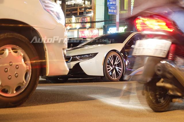 Mức giá cho siêu xe này lăn bánh trên đường Việt Nam với chiếc biển trắng vào khoảng 8 tỷ Đồng. Giá bán vừa phải so với những siêu xe khác cùng với thiết kế mang hơi hướng tương lai giúp BMW i8 được giới mộ điệu Việt Nam ưa chuộng.