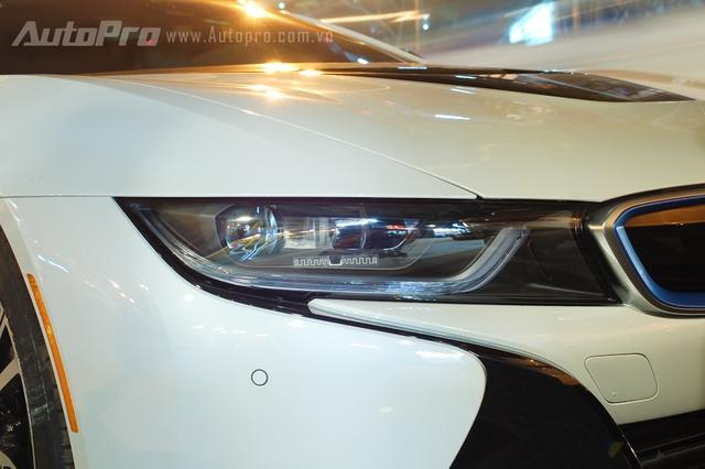 Những chiếc BMW i8 nguyên bản sử dụng đèn pha LED. Bên cạnh đó, BMW i8 còn có đèn pha laser tùy chọn có giá gần 9.000 Euro, tương đương 220 triệu Đồng.