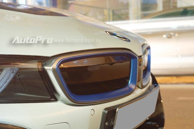 Chiếc BMW i8 của tiểu thư Sài Gòn đi kèm những điểm nhấn màu xanh dương trên lưới tản nhiệt hình quả thận, bên sườn và đuôi xe.