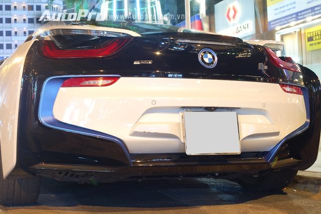 BMW i8 sở hữu động cơ 3 xy-lanh, TwinPower Turbo, dung tích 1,5 lít, sản sinh công suất tối đa 231 mã lực và mô-men xoắn cực đại 320 Nm. Động cơ kết hợp một mô-tơ điện có công suất tối đa 131 mã lực và mô-men xoắn cực đại 250 Nm. Như vậy, tổng công suất của BMW i8 là 362 Nm và mô-men xoắn cực đại 570 Nm.