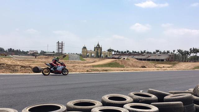 Một thành viên cầm lái Ducati 1199 Panigale thử sức trên đường chạy.